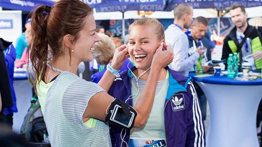 Andrea Kerestešová s usměvavou běžkyní Patricií Solaříkovou.