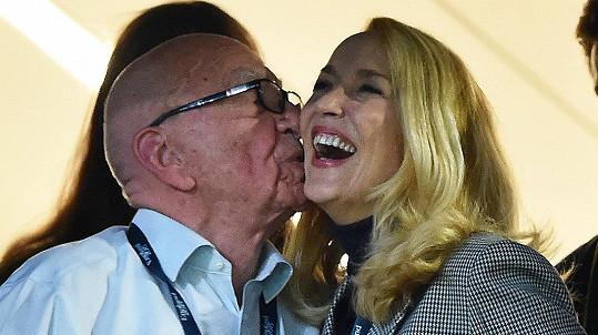 Rupert Murdoch se má po boku Jerry Hall čile k světu.