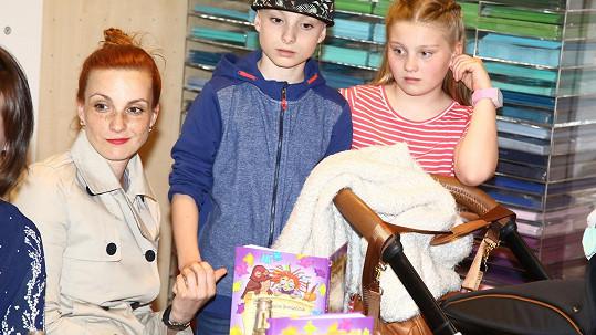Michaela Maurerová se objevila ve společnosti se všemi třemi dětmi.