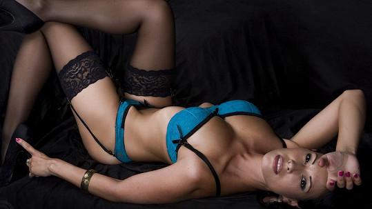 Adéla Taş vystavila své nohy v podvazcích a ukázala přeplněnou podprsenku.