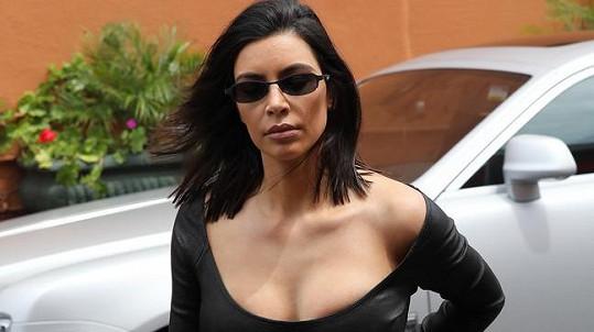 Kim vsadila na výstřih.