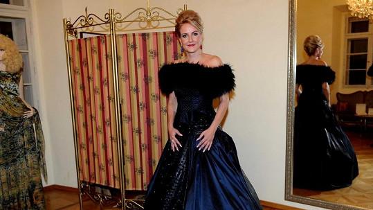 Vendula Svobodová v šatech, které oblékne na Ples v Opeře.