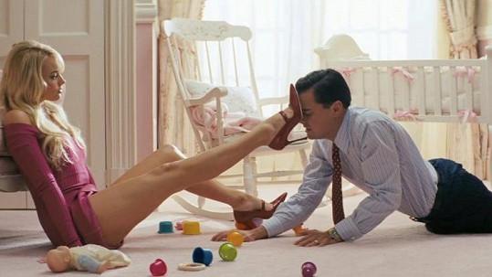 V této scéně jsou nohy Margot Robbie prodlouženy.
