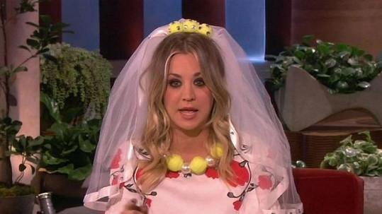 Kaley Cuoco jako nevěsta.