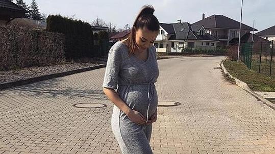 Zpěvačka se brzy stane maminkou.
