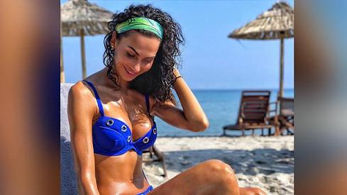 Eliška Bučková si užívá u moře.