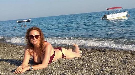 Herečka si užívá dovolenou u moře.