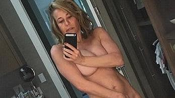 Chelsea Handler se bez svlékání neobejde ani při narozeninovém přání kamarádce...