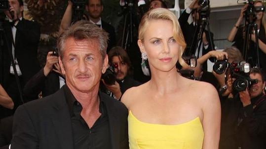 Sean Penn a Charlize Theron na festivalu v Cannes