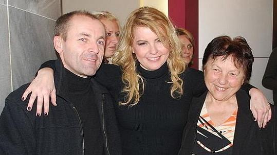 Iveta Bartošová s bratrem Lumírem a matkou Svatavou