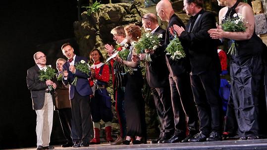 Autor hudby Jaroslav Uhlíř pochválil výkony všech herců a tvůrců.