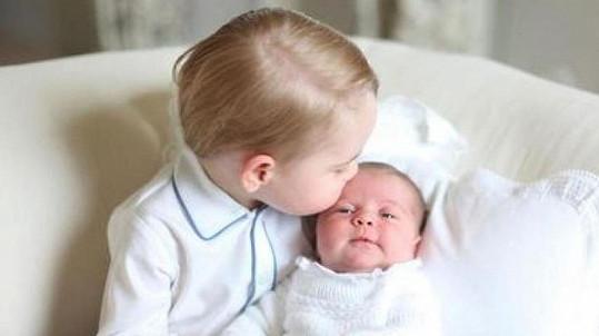 Princezně Charlotte se v bráškově náruči líbilo.