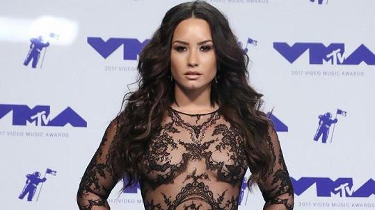 Demi Lovato ví, jak na sebe upoutat pozornost.