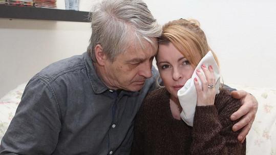 Iveta trpí bolestmi, ale manžel jí věnuje prvotřídní péči.