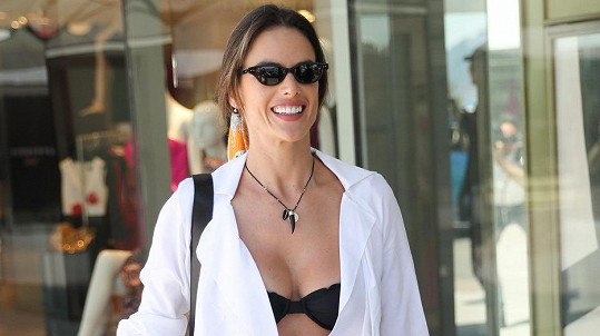 Modelka ukazovala svou černou podprsenku v Cannes.