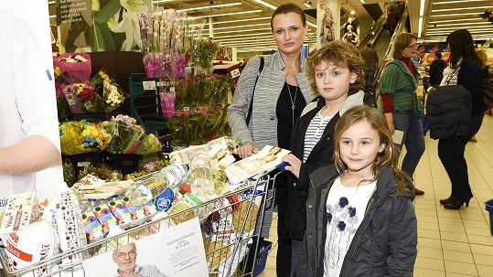 Jana Adamcová a její syn s dcerou se zapojili do Národní potravinové sbírky.