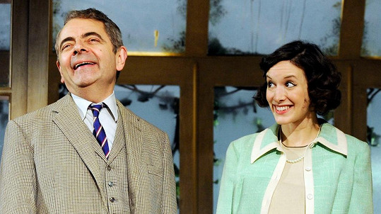Rowan Atkinson s Louise Ford ve hře Quartermaines Terms.