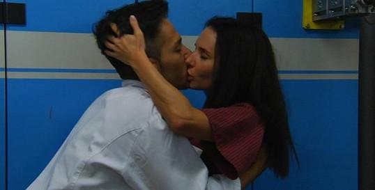 Jan Bendig líbá krásnou Sandru Novákovou.