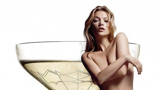 Kate Moss má ňadro zvěčněné ve skle.