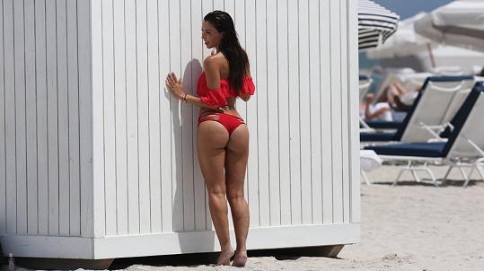 Metisha Schaefer se nápadně podobá Kim Kardashian.