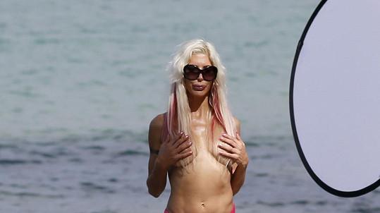 Televizní hvězdička Frenchy pózuje na dalších odvážných fotkách.