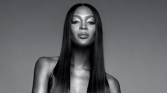 Naomi se svlékla do naha.