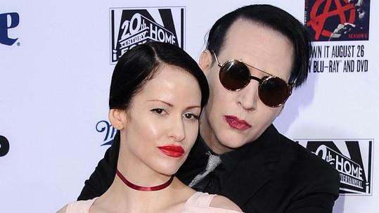Marilyn Manson a Lindsay Usich, která uspokojuje jeho chtíč.