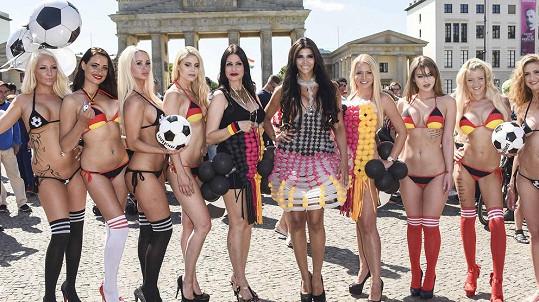 Micaela Schaefer (šestá zleva) posílá německým fotbalistům povolený doping.