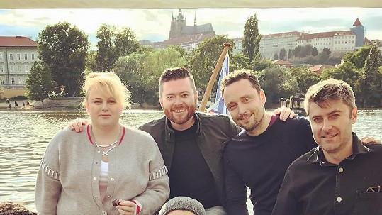 Rebel Wilson s přáteli na projížďce po Vltavě
