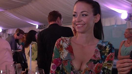 Agáta Prachařová se na večírku pokoušela o úsměvy...