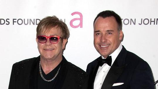 Elton John nejspíš netuší, že má jeho manžel bokovku.