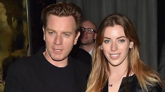 Herec Ewan McGregor a jeho dvacetiletá dcera Clara na premiéře životopisného dramatu Miles Ahead