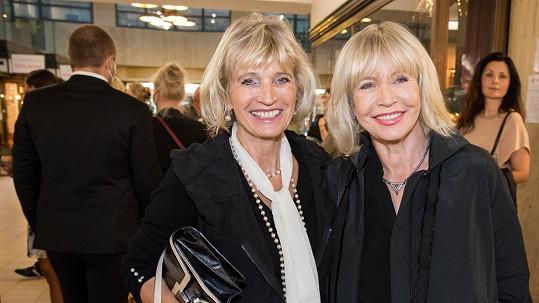 Jana Švandová (vpravo) a její sestra