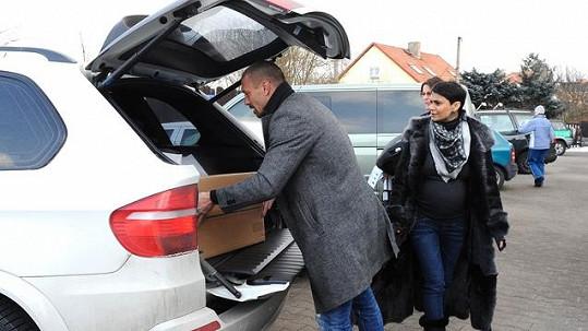 Nákup byl tak veliký, že se málem nevešel do kufrů obou terénních vozů.