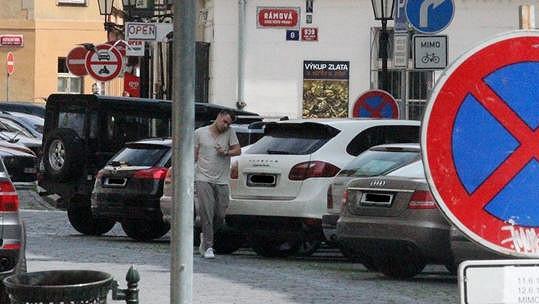Leoš Mareš přichází ke svému vozu.