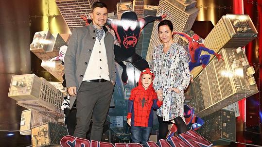 Kristýna Janáčková s manželem a synem na premiéře nového Spider-Mana.