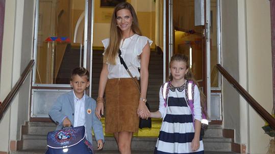 Andrea Verešová vede děti do školy.