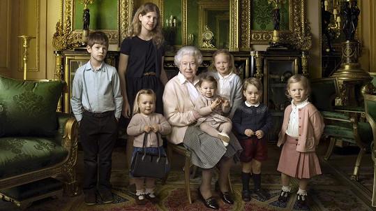 Alžběta II. se svými královskými poklady