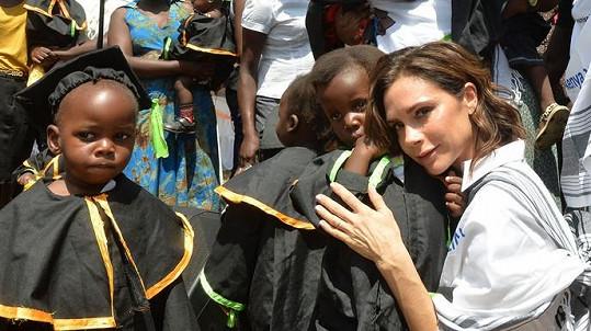 Victoria Beckham se synem odjeli do Afriky.