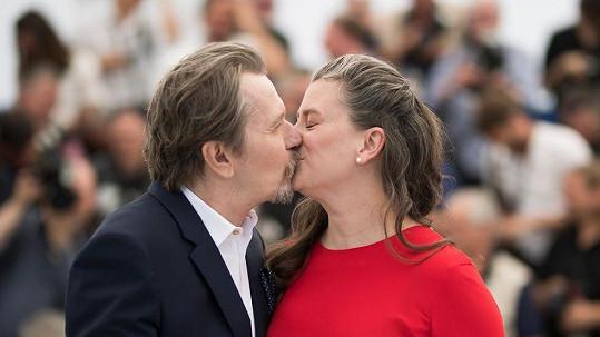 Gary Oldman se v Cannes pochlubil pátou manželkou.