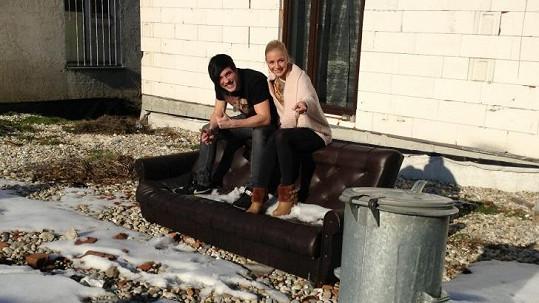 Markéta a Daniel sdílí společnou domácnost a okupují sedačku Angeliny a Brada. Co za tím je?