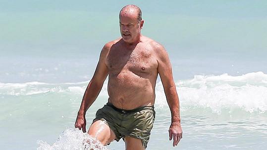 Známý herec vyrazil na pláž.