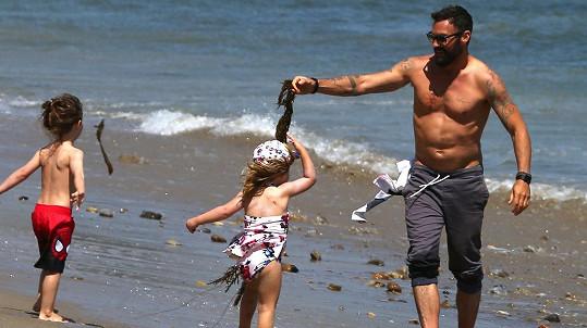 Brian Austin Green na pláži s dětmi.