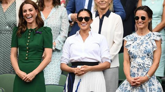 Vévodkyně Kate a Meghan a sestra Kate Pippa na finále Wimbledonu