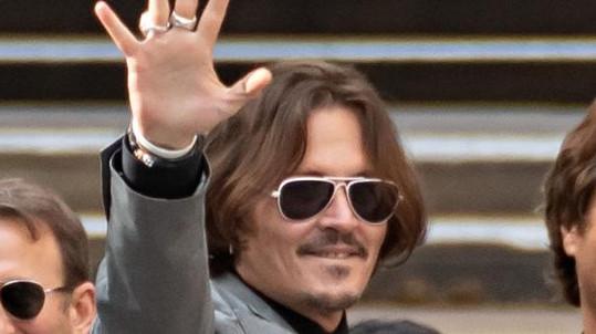 Johnny Depp před budovou soudu