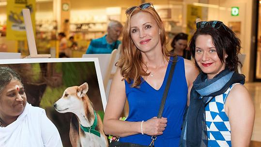 Markéta Plánková (vlevo) často a ráda cvičí jógu. Na výstavu ji doprovodila kolegyně Daniela Choděrová.