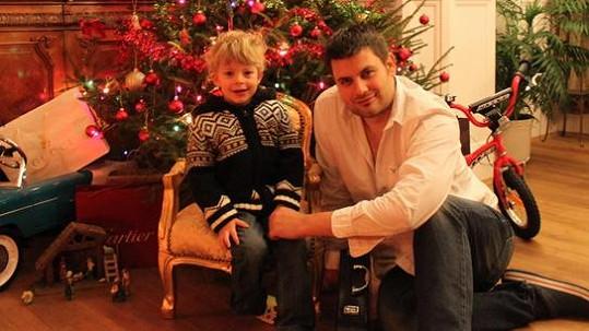 Tříletý Ferdinand Svoboda s tatínkem Petrem.