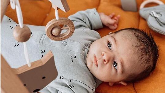 Malý Luka se má čile k světu.