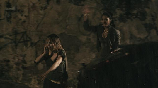 Lucčinu spolubydlící hraje exotická Mary Coronado.