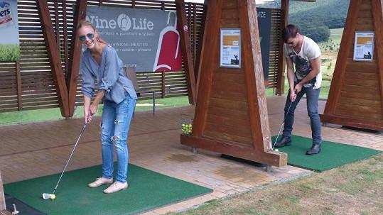 Markéta a Daniel vyrazili na golf v džínách.